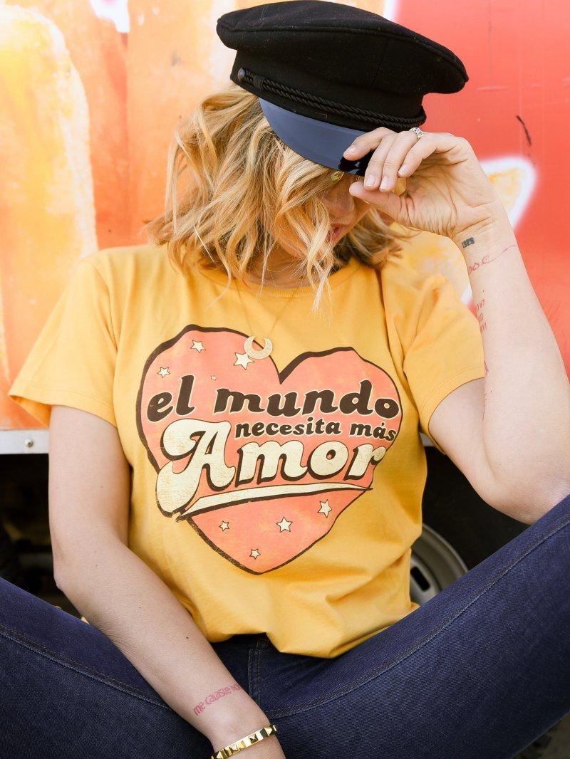 """CAMISETA CHICA """"EL MUNDO NECESITA MÁS AMOR"""" MOSTAZA FADE OUT"""
